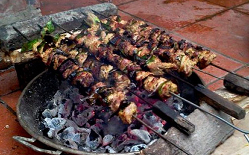 Thịt xiên nương trên than hoa mới ngon