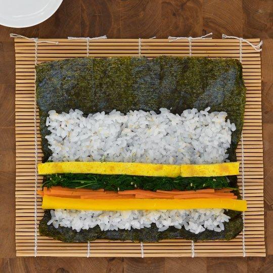 huong-dan-cach-lam-com-cuon-rong-bien-kimbap-han-quoc-5